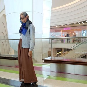 Girls, kadang melamun bisa dilakukan sambil bergaya. Cobalah di depan kamera 😂 .....#clozetteid #clozettehijab #hotd #hijabootdindo #denimjacket #palazzopants