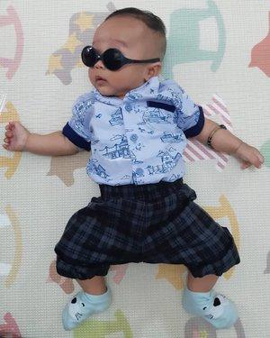 Kai mau pake poni lempar yang pinggirnya kayak Skrillex Buu, tapi kok malah kayak Kim Jong Un Buu, gimana sih Buu... Swipe buat lihat wajah bingung Kai yah 🤣...#CLozetteid #babyinstyle #babyootd #kaibowbow #babyphoto #babyfashion