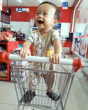 Kegembiraan dibawa ke alfamidi super di deket rumah. Padahal cuma 10 menitan 😂. Btw kenapa nama swalayannya gitu ya 😅...#clozetteid #kaibowbow9months #babyboy