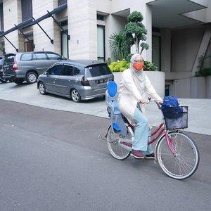 Keseharian ibu2 mencoba membakar lemak dengan bersepeda ke kantor makanya kostumnya juga begini. Nggak nyangka sih ini top dari @novere.id dan bottom @hellolilo nyaman banget buat sepedaan. Hihi. TER #lesbonbons in #modestway. Mohon maaf  di keranjang ga fotogenic, hihi ...#clozetteid #biketowork