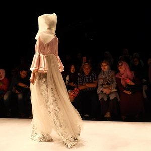 Bellsleves is surely still in trend, and also the lace. Pretty. Ini karya siapa @inggabia ? 😆 Cakeep 💕 . . #mislimfashionfestival #clozetteid #modestfashion #islamicfashioninstitute #modestfashion #muslimfashion #lacedress