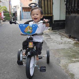 Memasuki tahap minta pedaa karena lihat anak tetangga pada naik sepeda. Baru bisa satu tangan ke stang. Kaki belum nyampe ke pedal. Hihihi 🙊🙊🙊...#kaibowbow9months #baby #instababy #clozetteid #sepedabayi