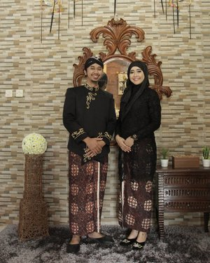 In my whole life, only this man who dared to challenge me to wear high heels. When I accidentally wear this Javanese Selop with 7 cm high heels, I realize that he still taller than me. I knew why he dared with the challenge then 😑 . We were wearing Javanese traditional attire. Surjan and Kebaya on top with the same jarik pattern as the bottom's outfit. Our Javanese look completed with blangkon on him. And we also wore selop for our footwear. . I was really happy we had the chance to wear Javanese outfit like this. Remind me where we came from. Simple yet elegant. . #getreadyforanotherchallenge #youcanbuymehighheelsdear #besoktanggal10 😂 . #javaneseattire #busanajawa #busanaadatjawa #surjan #kebayamuslim #preweddingphoto #prewedbusanajawa #prewedadatjawa #clozetteid #niaxaryo #javanesetraditionaloutfit #prewedpurworejo