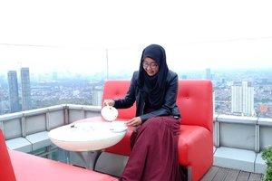 Main2 ke blogku yuk, ada post terbaru tebtang afternoon tea di Cloud. Ternyata melihat Jakarta dr ketinggian bisa nyegerin pikiran 💕 . . . #clozetteid #afternoontea #cloud #cloudid #skycrapper #jakartafromabove #modestfashion #updateblog #nianastitidotcom