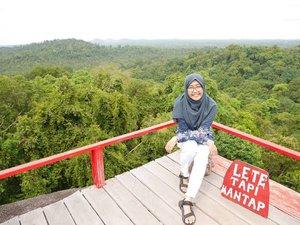 """Lete dalam bahasa Belitung kalau tidak salah artinya """"letih."""" Ini papannya bener sih. Di atas bukit ini pemandangannya emang mantap bagusnya, tapi mendakinya bikin ngos2an. Begitu juga di keseharian, kadang kita pengen melakukan sesuatu yang lebih, bikin capek, tapi jadi seneng. Ya nggak? 😄 . . #clozetteid #bukitperamun #belitung #nianastitibelitung #visitbelitung #explorebelitung #throwback #travel"""