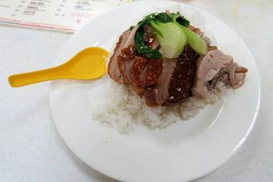 Halal Food in Hongkong: Wai Kee. Menu andalannya Roasted Duck. Rasanya enak bangeeeet! Beneran enak banget. Seneng banget kemaren nemu masakan halal super lezat di negeri orang yg cocok sama lidah kita. Lokasinya ada di pasar gitu. Full address: Cooked Food Centre, 1stFloor, Bowrington Road Market, Wanchai, Hong Kong (Inside a food centre). Jadi kalo lg di Hongkong Island sempetin ke sini deh. Worth to visit. Porsinya ngenyangin bangeet jadi jangan kalap makan banyak. Paling enak minum soda sih sehabis makan roasted duck gini 😋. #halalfoodhongkong #halalfoodhk #waikee #waikeeroastedduck #waikeehalal #ggrep #ggrepfoodie #clozetteid #hongkongculinary #hongkongfooddiary #explorehongkong