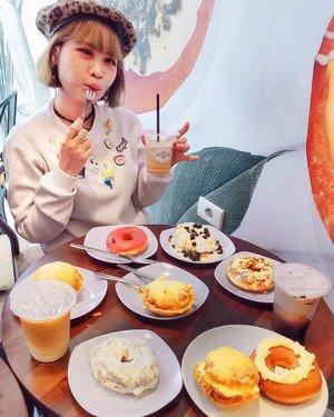 Calling all doughnut lovers (or anyone...) for try DOKREZZZ Crispy Doughnut!!Finally bisa nyobain juga Premium Taiwan Crispy Doughnut yang hits ini, yeaaay! 🍩@dokrezzz menghadirkan sensasi donat yang beda dari donat biasanya, yap... donat premium yang rasanya krezzz krezzz krezzz a.k.a crispy! 😍Varian menu yang bisa kalian pilih ada banyak banget lho... hmmm my favs are Matcha Crispy Doughnut, Egg Mayo Crispy Doughnut and Raspberry Rose Doughnut 😋 Oiya ada Boba Crispy Doughnut dan Baso Ayam Crispy Doughnut, that's so unique!!!Dan gak cuma nyajiin donat, tapi ada coffee dan minuman lainnya. Tempatnya pun cozy banget buat nongkrong or ngopi2 lucuuuk. Serius, kalian musti coba!Btw... Congrats for #DokrezzzOpening at Melawai (next to Optik Seis), Jaksel 🎉