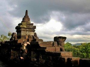 Karena aku (masih akan) menunggu senja. Walau setelahnya hanya akan ada gelap, aku tak pernah mau membencinya.  Dari seseorang yang tidak menyukai gelap. . . . . . . #mndaholiday #WisataIndonesia #exploreindonesia #explorejava #wanderlust #instatraveling #wheretotravel #travelgram #traveljourney #travelpic #wanitatravelling #indonesiarepost #weekendtraveler #traveling #holiday #yogyakarta #borobudur #idexplorer #redtraveler #clozette #clozetteid #travelhero #kitaina #WonderfulIndonesia #explorejogja #pesonaindonesia