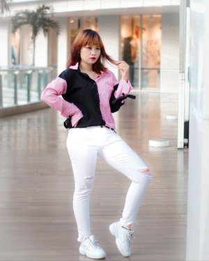Don't be afraid to showcase your style with white pants. So.. i've started with white ripped skinny jeans and two-tone shirt. A cute pair of white sneakers would also look good.  Sebahagia itu belanja online skinny jeans dan ngepas ukurannya. suka banget sama model skinny jeansnya yg ada ripped di knee dan bagian bawahnya gini. White ripped skinny jeans dari @3mongkis ini belinya di @zaloraid yaps. Lumayan hemat 15% make kodenya ka @sasyachi zaloraxsasya niih . . . . . . #stylingbyamandatydes #OOTDIndo #OOTD @ootdindo #clozette #clozetteid  @clozetteid #cotw #lookbookindonesia @lookbookindonesia #indonesiafashionlook #fashion #streetstyle #fashionstyle #SmartOOTD #fashiongram #fashionblogger #ootdindonesia #outfitoftheday #BTIndFashion #Breaktimeind #lookbookindo #indonesian_blogger #fashionbloggerindonesia #ggrep #streetwearindonesia #gajagogang #GGG #bloggerperempuan