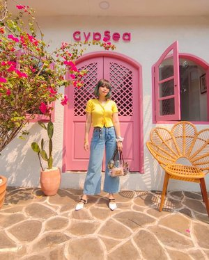 Located at Kemang, Gypsea brings Bali summer vibes with its tropical ambience. I love it! 💕  @gypsea.kemang serves a variety of sandwich and healthy or smoothies bowl such as Summer Smoothies and SOS Berries Smoothies.  Huaaaa i'm kinda miss summer 🥺 I miss the beach, i miss the sound and smell of the sea 🌊🏝️⛱️🏖️  my #OOTD #stylingbyamandatydes : ✧ 🐥 Yellow knit top & Wide-legs jeans ✧ 👜 @this.byalifahratu (i changed the strap bag with sunflower strap) ✧ 👠 @sarmer.id ✧ 📿 beads rainbow smile necklace, bracelet, scrunchies, sunglasses . . 📸 @lupitadps