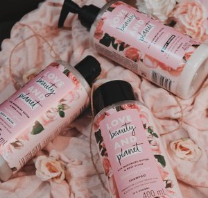 The review's finally UP! Aku dapet kesempatan untuk coba @lovebeautyandplanet_id Murumuru Butter and Rose (pink) setelah coba yang Coconut Water and Mimosa flower (blue) Aku udah review Body Lotion, Body Wash and Shampoo di account @theshonet aku, direct link ada di bio or type linktr.ee/deedeeyoung_. So far I'm still loving the Blue one but the Pink one isn't that bad tho. Every variant has its different purposes, mine simply liking the blue one better in term of scents💙 Please do stop by my Shonet Review, it means so much to me😘 Thankyou for the efforts and supports. Love you guys❤️ . Have a superb and lovely day . . . #lovebeautyandplanet #lovebeautyandplanetid #shampoo #bodylotion #bodywash #clozetteid #theshonet #cchannelid #sociolla #beautyjournal #promogajianlazada #lazadaID #theshonetinsiders #theshonetreview #lovebeautyandplanetmurumurubutterandrose #murumurubutter #rose #coconutwater #mimosa #mimosaflower #review #beautyreview #beauty #selfcare