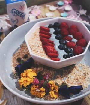 My first mermaid-theme yogurt smoothie❤️ It's so tasty I could still feel it even until now. Who likes yogurt? Loves them?......#heavenlyblushgreeksecret #greeksecretgathering #cchannel #cchannelid #clozetteid #yogurt #yogurtbowl  #heavenlyblush #heavenlyblushgreekyogurt