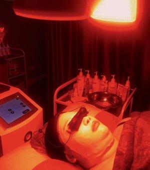 Ada treatment favorite aku nih di @oriskin_id. Namanya Facial Organic Tea Tree and LED. Ini foto pas lagi di LED nya. Kegunaan dan manfaatnya apa? Lengkapnya kita bahas di blog ya! 🧡. #Clozetteid  #Clozetteidreview #OriskinxClozetteIDReview