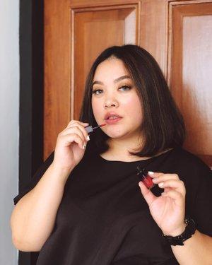 Masih inget aku instastory unboxing @arra_beauty kemarin? Dari 3 jenis yang aku dapat, Lip Moist favoritossss! Ada glitternya namun ngga lebay dan ada sedikit warna pinkishnya yang bikin bibir jadi lebih berwarna namun tetep looks natural dan fresh, lengkap reviewnya di blog deh yah!.#Clozetteid #ARRABeauty #ARRABeautyID #IamARRA #Clozetteidreview #LoveLips