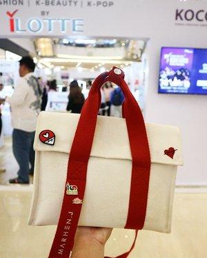 Lovely wappen special for Indonesia Marhen.J customer ~.Pin nya ini gratisss alias ga bayar, cara nya hanya ke booth ilotte yang ada di #kcontentexpoindo2019 , bawa tas Marhen.J nya (yang asli please 🙄) nanti bakal di kasih~ Ambil ke siapa? Tanya ya pas disana sama kakak yang baju merah~..#kcontentexpo2019 #koreanbazaaronsale2019 #koreanbazaaronsale #ilotteid #belanjadarihape #koreafestival2019xilotte #luseechinstoryofkorea #sahabatkorea #koreanet #lifestyle #style #fashion #beauty #clozetteid #KFestival2019ID #Kpassport2019 #KFest2019IDJohayo