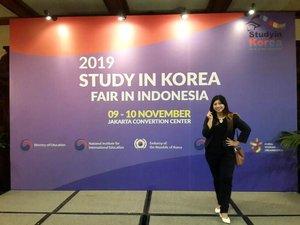 2019 Study in Korea Fair in Indonesia~.Dan diakhiri tanggal 10 November 2019. Event 2 hari ini di mulai dan di akhiri dengan berbagai acara seru juga~Pembukaan dengan speech dan pemotongan pita~Lucky draw berhadiah beasiswa juga cover dance dari siswa korea di Indonesia~.Seru banget dan luar biasa asik acara ini~...#kfestival2019 #luseechinstoryofkorea #Kpassport2019 #KFest2019IDJohayo #KFestival2019ID #sahabatkorea #instablogger #Korea #2019StudyinKoreaFairinIndonesia #StudyinKorea #StudyFair #KoreaEducationFair #KoreaStudy #clozetteid