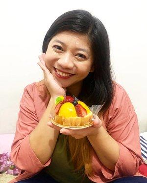 Kue nya enak banget yang ini, adonan nya lembut , enak , ga manis tapi manis , buah- buah nya seger , fresh 👍🤗 ..Rekomen banget~ hihihi.Masih dalam rangka meramaikan birthday di bulan september 😍...#luseechinbirthday #birthdaygirl #birthday #celebration #clozetteid #style #pink #beauty #kbeauty #food #cake #blogger #instablogger