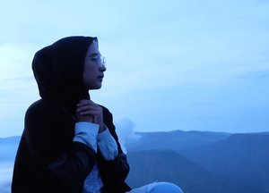 -Gimana caranya jadi satu satunya dihatimu, gimana caranya kau rindu aku jauh kau tak bisa tidur ~ Potret-#clozetteid #clozetters #bromo #bromotenggersemeru #sunrise #sunriseinbromo #jatim #explorebromo #wonderfulindonesia #visitbromo #traveller #travelblog #hijabtraveller #travelinspiration #hijabinspiration