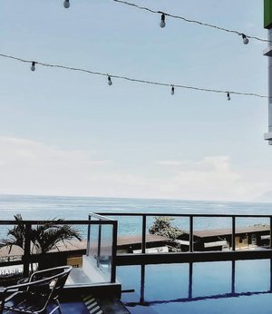 Can't forget this view @whizprimemegamas @michaelsaerang7 @deborasaerang_88 @quinzha_ghea #enjoylifewithwhizprimehotel #whizprimehotelmanado3rdanniversary #amazingview #wonderfulindonesia #oceanview #clozetteid #staycation