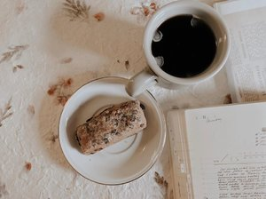 I'm in love with artisan bakery. I can digest those well, and the taste just sooo goood!..........#clozetteid #listenindadailyjournal#travelphotography #photography #bloggerperempuan #shortstories #aesthetic #slowliving #minimalist #whiteaddict #bookworm #inspiremyinstagram #aestheticphotography #whiteaesthetic #flatlay #myeverydaymagic #theartofslowliving #fromabove #mybeigelife #darlingmoment #ofsimplethings #simplethingsmadebeautiful #coffee #onthedesk #solitude #foodphotography #foodblogger
