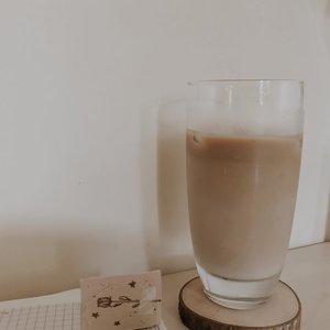 2 current favorite color: coffee latte, milk tea. Oh why all related to caffeine 🤣🤣🤣🤣 . . . . Awal-awal self employed, sering banget gara-gara stress banyak deadline saya jadi jajan kopi mulu. Habisnya kalau ngantuk jadi nggak bisa mikir. It's comforts me just a little while. Tapi nggak juga setelah bikin laporan pengeluaran di akhir bulan LOL. . Mana kadang kopi racikan orang sering nggak pas, udahlah mahal sering kemanisan atau terlalu encer. . Paling paling nggak demen kopi manis 😭 karena yang saya rasain cuma jadi gulanya doang, berasa minum sirop. . Sampai kemudian saya belajar bikin kopi enak versi saya sendiri di rumah biar nggak terlalu sering jajan kopinya (*LOL* tetep). Mendingan beli alat-alatnya buat bikin sendiri sih jadi puas karena rasanya sesuai yang saya mau. . Paling nggak sudah berkurang banyak sekarang jajan kopinya, kalau pas harus ketemu teman atau memang udah saking nggak bisa gerak dari kerjaan karena terlalu sibuk dan mood acakadut jadi nggak sanggup nyiapin coffee break sendiri. . . Apa ada yang suka jajan kopi juga kayak saya? 🙈 . . . . . #clozetteid #listenindadailyjournal #travelphotography #photography #bloggerperempuan #aesthetic #slowliving #minimalist #whiteaddict #bookworm #inspiremyinstagram #aestheticphotography #whiteaesthetic #flatlay #myeverydaymagic #theartofslowliving #fromabove #mybeigelife #darlingmoment #ofsimplethings #simplethingsmadebeautiful #coffee #onthedesk #solitude #book #bibliophile #bookstagram #bookphotography #zerowaste #coffeetable #coffee