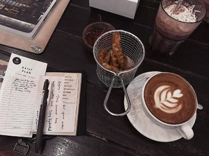 Baru saja update coffee shop review di foodblog.Baca lebih lanjut di https://nindarahadi.com........#clozetteid #listenindadailyjournal#foodporn #bagel #photography #bloggerperempuan #shortstories #aesthetic #slowliving #minimalist #whiteaddict #inspiremyinstagram #aestheticphotography #whiteaesthetic #flatlay #myeverydaymagic #theartofslowliving #fromabove #mybeigelife #darlingmoment #ofsimplethings #simplethingsmadebeautiful #coffee #onthedesk #solitude #foodphotography #foodblogger