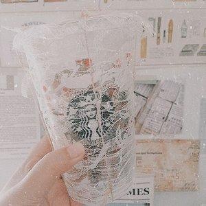 Sebagai orang desa yang kelamaan merantau, dulu saya ngerasa gausah bingung soal pengelolaan sampah. Meskipun dari segi pendidikan orang desa cenderung masih di belakang, tapi biasanya masing-masing rumah punya sistem pengelolaan sampahnya sendiri. .Contohnya aja kotoran ternak dan tumbuhan sisa panen, dijadiin pupuk. Botol-botol dan gelas plastik dikumpulin buat dijual. Apapun yg bisa dibakar dijadiin bahan bakar tungku tanah tradisional. Kantong plastik? Dilelehin buat nambal panci atau wajan yang bocor. .Sejak merantau saya nyadar kalau sering nyampah. Apalagi pas jadi anak kos, sering kan apa-apa beli. Usaha mengurangi sampah sebatas misahin sampah dus dan kertas aja, selebihnya campur. Sejak sering browsing wrapping ideas, saya jadi berusaha sebisa mungkin untuk me-reuse semua barang-barang tidak terpakai di rumah. Kemasan misalnya. Ya kayak gelas bekas kopi ini, saya cuci bersih keringin kemudian jadiin item buat giftwrapping. Berguna dan masih bisa kepake lagi...Tapi ternyata pas teman saya @shellaamadea sering banget curcol soal pengelolaan sampah, saya jadi makin ngeh bahwa kita bisa berbuat lebih. .Saya juga jadi browsing bahwa kita bisa lebih maju lagi dalam pengelolaan sampah rumah tangga, mungkin imbasnya kecil tapi apa bisa hal besar berjalan lancar kalau ngga dimulai dari diri sendiri?.Seharian nggak nyampah aja rasanya bangga sama diri sendiri loh 😀 .Ngomong-ngomong udah nonton Aquaman? Isu sampah yang mencemari lautan juga jadi concern di film itu..Anyway, tulisan penghujung akhir tahun saya di blog personal ngebahas soal ini. Kindly check or click link on bio 😊.....#clozetteid #bloggerperempuan