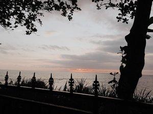 When life remains slow 🏖.........#clozetteid #listenindadailyjournal#travelphotography #nature #aesthetic #photography #bloggerperempuan #flowers #flowerstagram #flowerphotography #flowerpower #thoughts #qotd #shortstories #quotes #moonphases #quotestoliveby #poetic #lifestyleblogger #blogger #twilight #beach