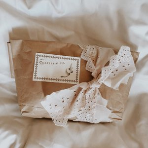 Why sending gift? Because those person worth the best of you. No matter how small or cheap. . . . . . . . . #clozetteid #listenindadailyjournal #travelphotography #photography #bloggerperempuan #shortstories #aesthetic #slowliving #minimalist #whiteaddict #bookworm #inspiremyinstagram #aestheticphotography #whiteaesthetic #flatlay #myeverydaymagic #theartofslowliving #giftideas #fromabove #mybeigelife #darlingmoment #ofsimplethings #simplethingsmadebeautiful #giftideas #giftwrapping #gift