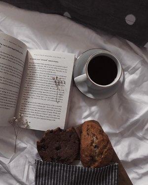 Slow morning before activity tearing up your slowness..Jarang upload foto karena milih-milih. Saya pencerita visual yang picky 🌚.Timeline yang eye pleasing lebih utama ketimbang sering posting - menurut saya..Semoga senin kita berjalan lancar dan penuh kebermanfaatan...P.S. karena Starbucks sudah tidak menjual cheese bagel, saya beralih ke vegan chocolate cookies dan scone..#clozetteid #listenindadailyjournal#bookish #bookworm #booksofinstagram #book #photography #bloggerperempuan #quote #aesthetic #slowliving #minimalist #whiteaddict #inspiremyinstagram #aestheticphotography #whiteaesthetic #flatlay #myeverydaymagic  #theartofslowliving #fromabove #mybeigelife #darlingmoment #ofsimplethings #simplethingsmadebeautiful #coffee #onthedesk #foodphotography#bibliophile #bookstagram #bookphotography📷