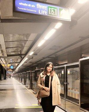 "Di delhi kemana mana serba gampang kok.. Tinggal naik metro aja.. Banyak yg ngira, kalo gue bilang ""kemana mana gue naik kereta kok di India"" pasti di kira gue naik kereta antarkota yang sampe ada org duduk duduk diatas wkwk.. Nope nope.. Di delhi, ngga ada yg kaya gitu geng.. Metro ini aman dan cepet banget.. Udh gitu murah lagi.. Stasiun semua bersih hingga ke toilet toiletnya.. Keamanan dijaga ketat.. Semua di scan kaya mau masuk bandara.. Well, bahkan lebih safe drpd naik KRL di Indonesia.. Menurut gue.. Metro nya persis persis kaya di Malaysia.. Jadi, ngga usah bingung kalau kalian ke New Delhi bakal naik apa kemana mana.. Jawabannya.. Yang paling cepat dan murah.. Ya metro 😋 Dan rute metro nya bisa kalian download kok aplikasinya di playstore.. Namanya Delhi Metro App ❤  Semoga membantu❤ . . . . . . . #khansamanda #newdelhi #india #visitindia #wonderful #beautifuldestinations  #khansamandatraveldiary #travel  #travelphotography #travelblogger #indonesiatravelblogger #travelgram #womantraveler #travelguide #travelinfluencer #travelling  #wonderful_places #indtravel #indotravellers #exploreindia #bestplacetogo #seetheworld #solotravel #delhimetro #clozetteid"