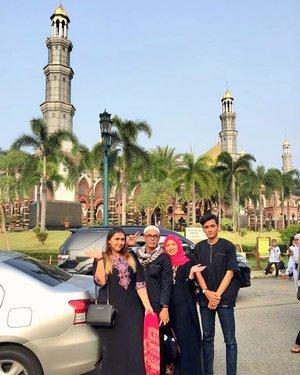 Family post! hehehe 💕 Doaku.. semoga kami semua dapat bertemu Bulan Ramadan berikutnya dengan lengkap... amin.. amin.. aminn.. Selamat lebaran yaa geng sekali lagi 💕  #clozetteid #lebaran #eid2018 #family #mosque #eidmubarak