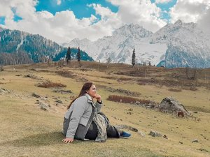 Kangen mikir sambil duduk di kelilingi pegunungan himalaya yang baru aja turun salju wkwkwkwk i really miss traveling :(  Ini pose belom siap anyway ckck . . . . . . . . . . #khansamanda #kashmir #sonamarg #wonderful#beautifuldestinations #gulmarg #pahalgam #khansamandatraveldiary #travel  #travelphotography#travelblogger #indonesiatravelblogger #travelgram#womantraveler #travelguide #travelinfluencer #india#explorekashmir #visitkashmir #explorepage #clozetteid #clozetteambassador #tiktokindonesia #tiktokannettv #foryou #explore #100haringontenwithibc