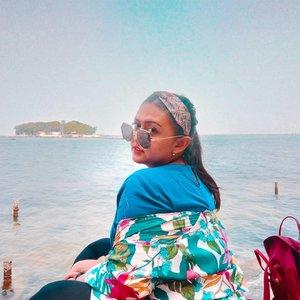 Ku lari ke pantai~~Ku makan es kelapa~~Ku makan segalanya~~Karena aku lapar~~ #khansamanda#khansamandatraveldiary#clozetteid#wonderful#beautifuldestinations#travel#travelphotography#travelblogger#indonesiatravelblogger#travelgram#womantraveler#travelguide#travelinfluencer#travelling#wonderful_places#indtravel#indotravellers#bestplacetogo#seetheworld#solotravel#ootdplussize#ootdbigsize#plussizeindonesia#plussizefashion#kelorisland#pulaukelor#jakarta