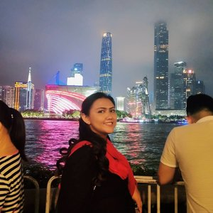Selamat malam.. Selamat menikmati ramainya China di pinggir sungai 😂 lol  Rame banget sampe ga bisa foto estetik.. Ampun.. . . . . #khansamanda #khansamandatraveldiary #clozetteid #wonderful #beautifuldestinations #travel #travelphotography #travelblogger #indonesiatravelblogger #travelgram #womantraveler #travelguide #travelinfluencer #travelling #wonderful_places #indtravel #indotravellers #bestplacetogo #seetheworld #solotravel #ootdplussize #ootdbigsize #plussizeindonesia #plussizefashion #plussizemodel #china #guangzhou #yuexiupark