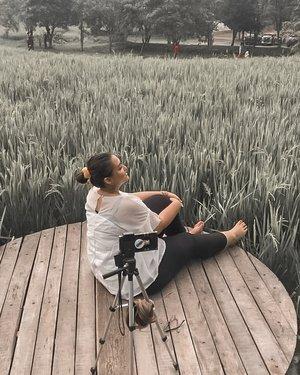 When no one help you to take a photo... 😂😂 Well, tripod is my bestfriend 😂  Ps : foto ini diambil candid oleh tante aquuu hahahah . . . #khansamanda #khansamandatraveldiary #clozetteid #wonderful #beautifuldestinations #travel #travelphotography #travelblogger #indonesiatravelblogger #travelgram #womantraveler #travelguide #travelinfluencer #travelling #wonderful_places #indtravel #indotravellers #bestplacetogo #seetheworld #solotravel #ootdplussize #ootdbigsize #plussizeindonesia #plussizefashion #plussizemodel #bukitairresto #bogor #indonesia