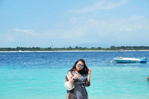 Let the sea set you free🌊🌅🌴 . . . . . . . . . . #khansamandatraveldiary #khansamanda #clozetteid #clozetteambassador #beautynesiamember #travel #travelblogger #sea #beach #gilitrawangan #giliisland #explorelombok #exploreindonesia #beautifuldestinations