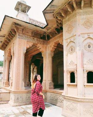 This place is so incredible..💕💕 Tapi panas banget.. . .  Tempat ini namanya Maharaja Sawai Man Singh. Terletak di Jaipur - India.  Harga masuk nya : 30,000 IDR  Kalau kesini, naik tuktuk pilihan terbaik deh..karena lewat jalan jalan kecil rumah warga gitu heheheh  #clozetteid #khansamanda #khansamandatraveldiary #jaipur #india #exploreindia #ootdbigsize #travel #travelersnotebook #travelphotography #travelblogger #temple #palace #oldjaipur #womantraveler #backpacker