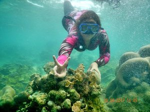 Berkunjung ke negeri bawah laut 😍🐚🐟🐬⚓⛵🏄 . . . . . . . . . . . #clozetteid #clozetteambassador #khansamanda #khansamandatraveldiary #sea #pulaupari #snorkeling #pulauseribu #explorejakarta #exploreindonesia #beach #girls #travel #beautifuldestinations #indonesia