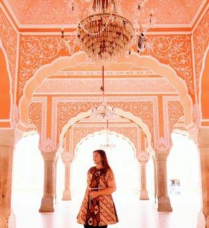 """""""She's in love with cities she's never been to and people she's never met""""  Yes im in love with India.. Berbeda sekali rasanya dengan Jakarta dan kota kota / negara lain yg pernah saya kunjungi.. Dari segi masyarakatnya, kebiasannya, cara berpakaiannya, makanannya, dan kehidupan disana.. totally different.. Awalnya shock, tapi pas dijalani, biasa aja.. Dan harus di note : travelling ke india untuk cewe (tanpa cowo ngikut) tidak semenyeramkan itu guys.. Jujur gue sempet takut travelling dgn temen temen cewe doang karena 2 cowo cancel tiba tiba.. tapi yaudh.. kita tetep jalan dan Tuhan baik banget ngelancarin semuanya dan mempertemukan kita dgn orang orang yang super friendly and helpful.. Gue akan tulis cerita gue di India di blog gue khansamanda.blogspot.com dan vlognya di youtube! so, staytune! 💋💕 . . . . . . . . . . #clozetteid #khansamanda #khansamandatraveldiary #wheninindia #jaipur #india #exploreindia #ootdbigsize #travel #travelersnotebook #travelphotography #travelblogger #temple #palace #oldjaipur #womantraveler #backpacker #indotraveler #asia #india #visitindia #travelblogger #explore #citypalacejaipur #travelgram #travellights #worldtravel #travelblogger #instatravel"""