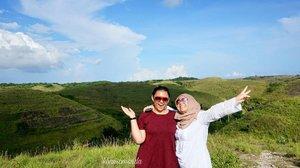 Ini namanya bukit teletubies. Salah satu bukit yang luas banget di nusa penida. Jalan kesana bisa di tempuh dgn mobil ataupun motor.  Cuma ada bukit. Ga ada apa apa lagi selain itu + ada 2 teletabis lagi foto disitu hahaha  #clozetteid #clozetteambassador #khansamanda #bukitteletubies #nusapenida #bali #explorebali #exploreindonesia #travelphotography #travel #indonesia #visitbali #visitindonesia #landscape