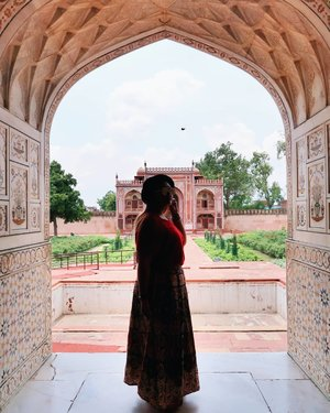 Silhouette 👣🕴 . . . . . . . #clozetteid #khansamanda #khansamandatraveldiary #wheninindia #agra #india #exploreindia #ootdbigsize #travel #travelersnotebook #curvygirl #travelphotography #travelblogger #temple #palace #tajmahal #womantraveller #backpacker #indotravellers #asia #india #visitindia #travelblogger #explore #sareeindia #travelgram #travellights #worldtravel #travelblogger #instatravel #wonderfulindia #india #babytaj #tombofitimaduddaulah