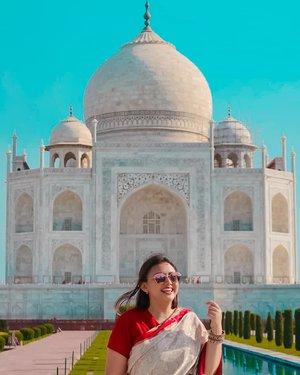 I dont know but i miss india so much😥 hope to go back very soon.....  Entah ini ngetawain apa.. . . . . . . . . #ClozetteID #clozetteambassador #khansamanda #india #agra #tajmahal #explorepage #explore #travel #travelphotography #saree