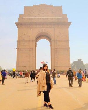Indian Gate 🇮🇳 Kesini mau pas musim panas ataupun dingin sama aja.. Sama sama rame 😂😂 Sebenernya kalo malem baguss banget sih.. Cuma mager kan jalan malem malem.. 😂  Ga di pungut biaya kok masuk kesini :)) . . . . . . . . #khansamanda #streetofdelhi #india #visitindia #wonderful #beautifuldestinations  #khansamandatraveldiary #travel  #travelphotography #travelblogger #indonesiatravelblogger #travelgram #womantraveler #travelguide #travelinfluencer #travelling  #wonderful_places #indtravel #indotravellers #exploreindia #bestplacetogo #seetheworld #solotravel #newdelhi #clozetteid