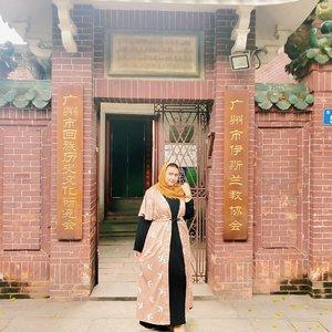 🌼 Mesjid di Guangzhou 🌼  Salah satu masjid terbesar di Guangzhou adalah masjid Huaisheng. Letaknya di Guangta Rd, persis di depan hotel gue (Jia Mei Hotel)  Selama bulan puasa, siapapun boleh kesana utk dapat makanan gratis utk buka puasa.. Mashaallah.. Ternyata di kawasan gue stay, banyak org muslim nya.. Gaya bangunan nya ngga terlihat seperti mesjid, tapi banyak ukiran qur'an nya di tembok temboknya.. Anyway, gue ke mesjid huaisheng ini pakai baju dari @bodybigsize ❤ Bagus banget dan senada dengan mesjid nya ternyata 😂 Bajunya ngga panas, jd dipakai aktivitas pun msh oke banget . . . . #khansamanda #khansamandatraveldiary #clozetteid #wonderful #beautifuldestinations #travel  #travelphotography #travelblogger #indonesiatravelblogger #travelgram #womantraveler #travelguide #travelinfluencer #travelling  #wonderful_places #indtravel #indotravellers  #bestplacetogo #seetheworld #solotravel  #ootdplussize #ootdbigsize #plussizeindonesia #plussizefashion #plussizemodel #china #guangzhou