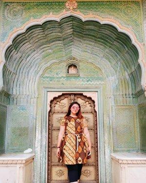 Architecture on point! 💕 . . . . . . . . . . #clozetteid #khansamanda #khansamandatraveldiary #wheninindia #jaipur #india #exploreindia #ootdbigsize #travel #travelersnotebook #travelphotography #travelblogger #temple #palace #oldjaipur #womantraveller #backpacker #indotravellers #asia #india #visitindia #travelblogger #explore #citypalacejaipur #travelgram #travellights #worldtravel #travelblogger #instatravel #wonderfulindia #rajashtan