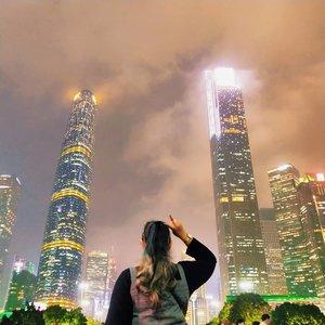 🌼 Malam di Guangzhou 🌼  Malam di Guangzhou, terutama di dekat Canton Tower itu ngga pernah sepi.. Ada aja orang dan ramee.. View nya juga mashaallah luar biasa.. Gedung gedung pencakar langit ngumpul disitu.. Kelap kelip lampu setiap gedung bikin syahdu.. Luar biasa.. Anyway, kalau jajan deket sini agak ribet karena harus pakai wechat pay.. :( itu doang yg bikin sedih wkwkwk . . . . . . . #khansamanda #khansamandatraveldiary #clozetteid #wonderful #beautifuldestinations #travel  #travelphotography #travelblogger #indonesiatravelblogger #travelgram #womantraveler #travelguide #travelinfluencer #travelling  #wonderful_places #indtravel #indotravellers  #bestplacetogo #seetheworld #solotravel  #ootdplussize #ootdbigsize #plussizeindonesia #plussizefashion #plussizemodel #china #guangzhou #city