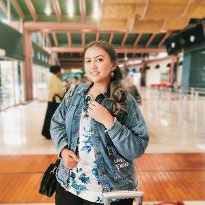 🌼 Memilih Baju Saat Travel 🌼  Baju nyaman pas traveling jauh itu penting banget.. Dan jaket adalah salah satu hal terpenting buat gue karena gue ga begitu kuat dingin wkwkwk  Jacket from @bigissimo.id ini Super duper luvvv Ini jaket walau jeans tapi ringan bangetttttttttt.. ❤  #khansamanda #khansamandatraveldiary #clozetteid #wonderful #beautifuldestinations #travel  #travelphotography #travelblogger #indonesiatravelblogger #travelgram #womantraveler #travelguide #travelinfluencer #travelling  #wonderful_places #indtravel #indotravellers  #bestplacetogo #seetheworld #solotravel #bigissimo