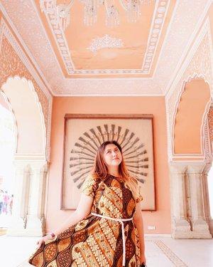 """""""Once a year, go someplace that you've never been before"""" - Dalai Lama . . . . . . . . . . #clozetteid #khansamanda #khansamandatraveldiary #wheninindia #jaipur #india #exploreindia #ootdbigsize #travel #travelersnotebook #travelphotography #travelblogger #temple #palace #oldjaipur #womantraveler #backpacker #indotraveler #asia #india #visitindia #travelblogger #explore #citypalacejaipur"""
