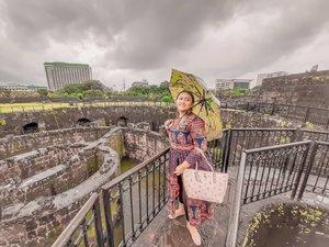 Good morning from Manila!❤🇵🇭 Satu kata buat manila bulan september : HUJAN  Jadi buat kalian yg mau ke Philippines, mending jangan bulan september sampai februari deh soalnya ujan muluuu + angiiin kenceng parah.. Jadi susah mau kemana mana.. Anyway, ini di Puerto Real.. Watch tower jaman perang dulu.. Hemm . . . . . . . #khansamanda #manila #philippines #wonderful #beautifuldestinations  #khansamandatraveldiary #travel  #travelphotography #travelblogger #indonesiatravelblogger #travelgram #womantraveler #travelguide #travelinfluencer #travelling  #wonderful_places #indtravel #indotravellers #exploreindonesia #bestplacetogo #seetheworld #solotravel  #clozetteid #puertoreal #intramuros #wheninphilippines
